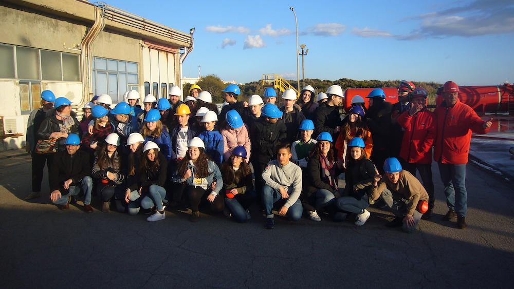 (09) Gruppenbild auf dem Gelände der ENI