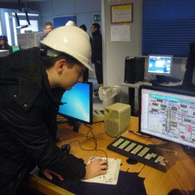 (11) am Monitor bei der ENI