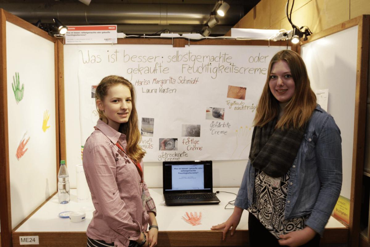 """Wettbewerb """"Schüler experimentieren""""; Thema """"Was ist besser, selbstgemachte oder gekaufte Feuchtigkeitscreme?"""" Marisa und Laura belegten den 2. Platz im Bereich Chemie."""