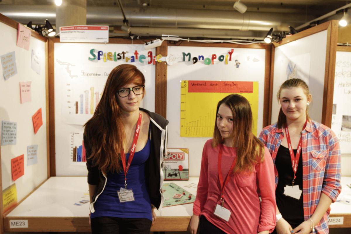 """Wettbewerb """"Jugend forscht""""; Thema """"Spielstrategie für Monopoly"""" Luka, Saskia und Isabelle belegten den 3. Platz im Bereich Mathematik. Sonderpreis für den """"BESTEN STAND"""""""